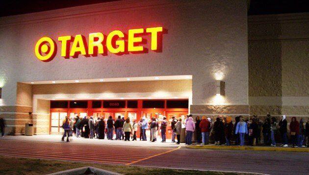 Người dân đổ xô xếp hàng tại các siêu thị Target hàng năm dịp Black Friday
