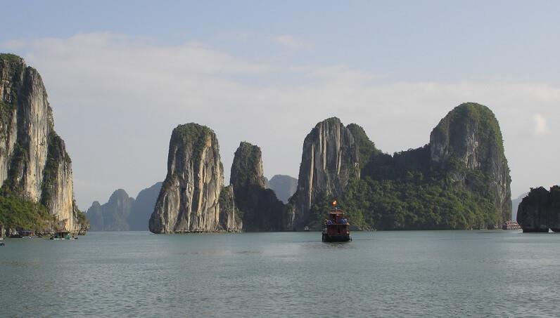 Vịnh Hạ Long có gần 2000 hòn đảo lớn nhỏ